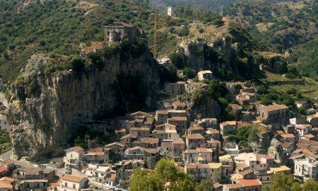 Palizzi Superiore E La Rocca Con Il Castello