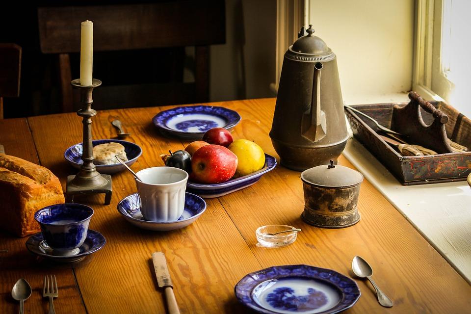 defunti che vengono ricordati con una tavola imbandita piena di cibo e di oggetti