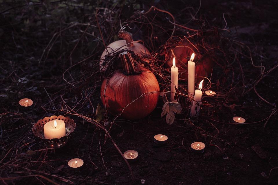 Defunti che vengono ricordati con candele accese e zucche simbolo di Halloween