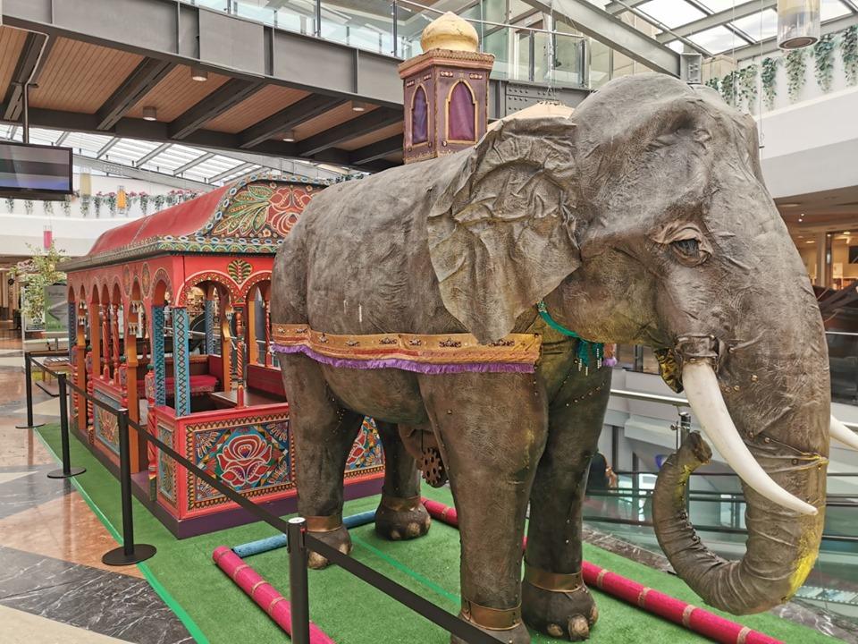 Fantastico Mondo con un modellino di Elefante di cartapesta