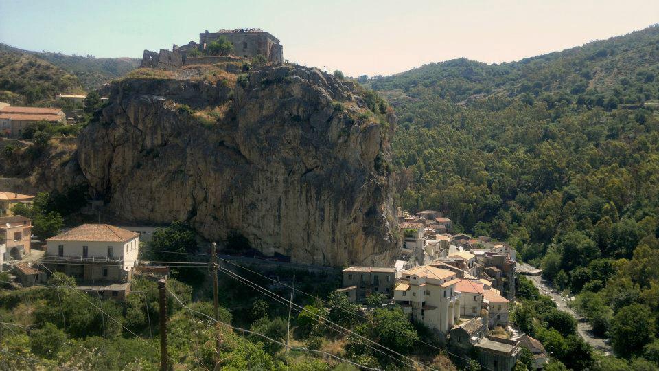 La Rocca Con Il Castello E Uno Scorcio Del Paese