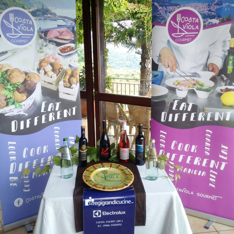 Stocco In Festa con la collaborazione di Costa Viola gourmet che allestisce lo stand con pannelli e prodotti tipici