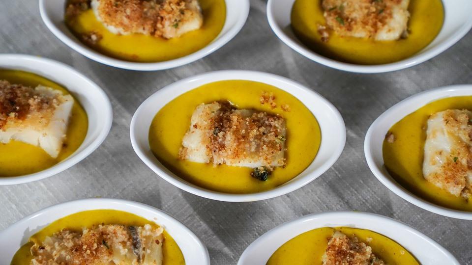 pesce preparato con una zuppa di verdure in piatti monoporzione