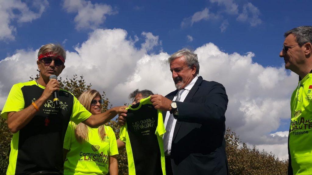 la maglia della gara viene regalata al governatore Emiliano della Puglia