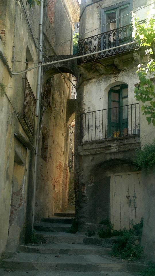 Vicolo Di Palizzi Superiore con i balconi antichi e le case attaccate uno con l'altra