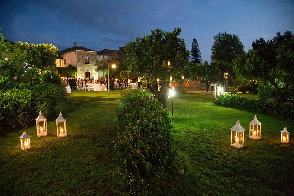 il parco illuminato di Villa Zerbi durante una cerimonia
