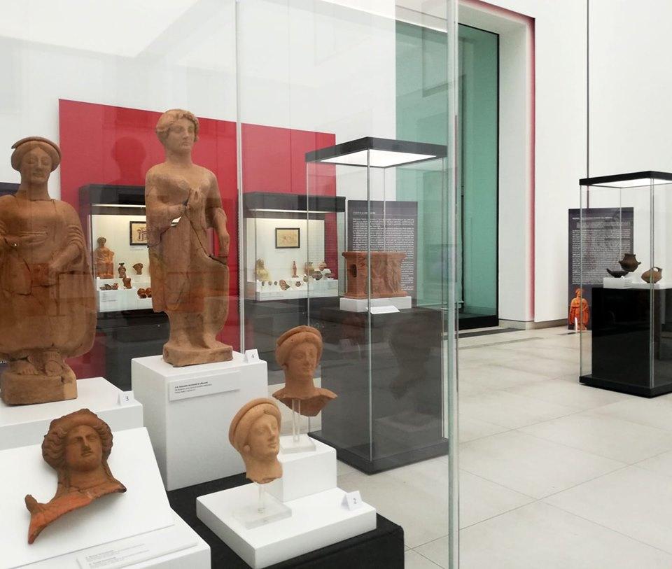 Reperti in mostra con l'altare dedicato alla tragedia di andromeda