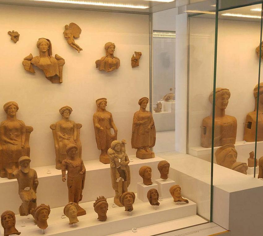 Medma la mostra in corso con tante statue