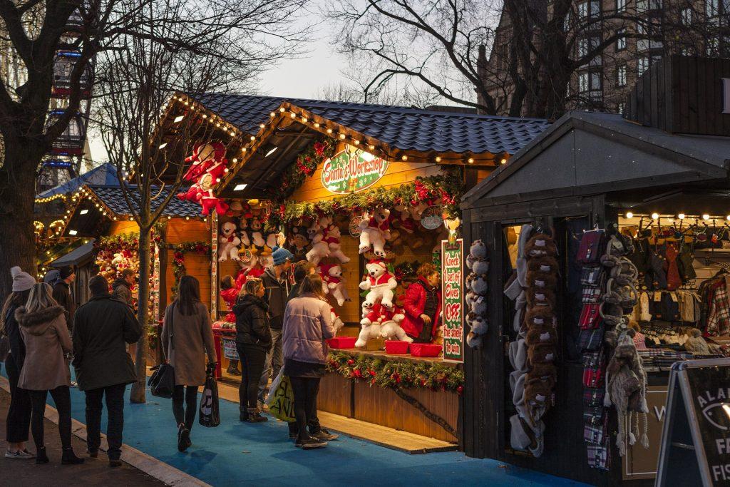 Mercatino Di Natale con tanti oggetti in vendita