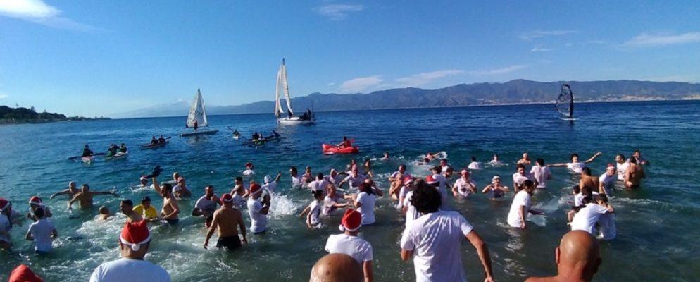 Tuffo In Mare con tanti temerari che si fanno il bagno a capodanno