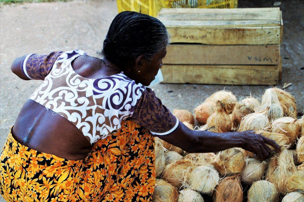 donna africana che vende ortaggi
