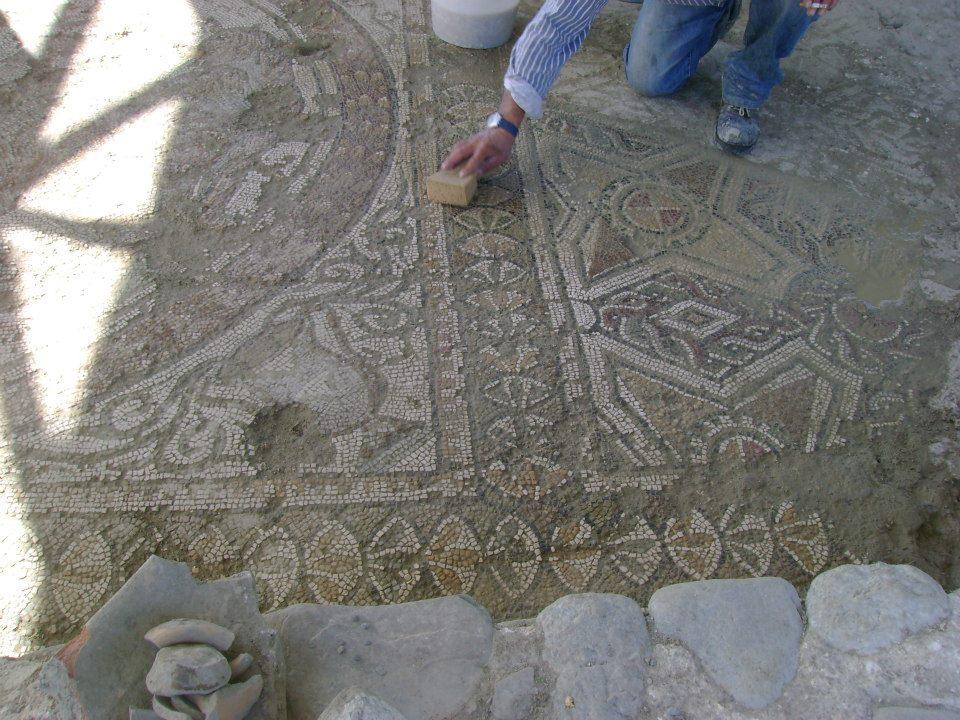 Villa Romana Di Casignana La Pulizia Di Un Mosaico