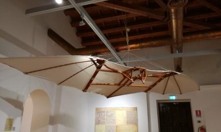 la ricostruzione del progetto delle ali ideate da Leonardo da Vinci