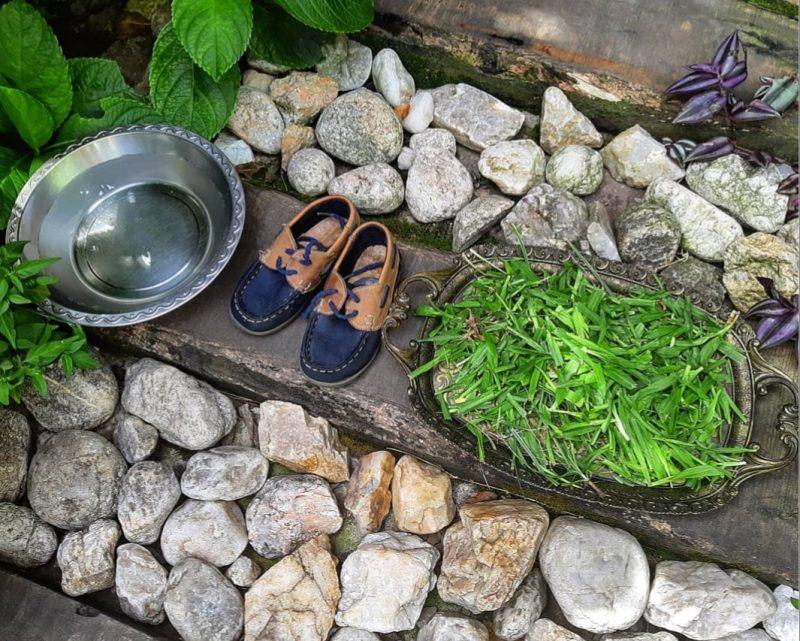 Agua, pasto y zapatillas
