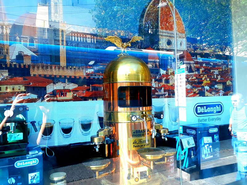 Vidriera Con Espresso Y Duomo