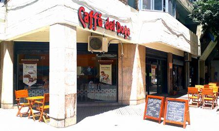 La Cadena De Cafe En Una Esquina De Rosario
