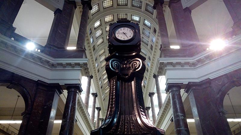 ECU rotonda y reloj
