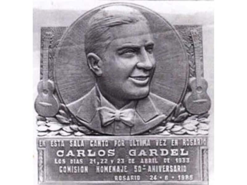 Carlos Gardel y una huella imborrable - Placa