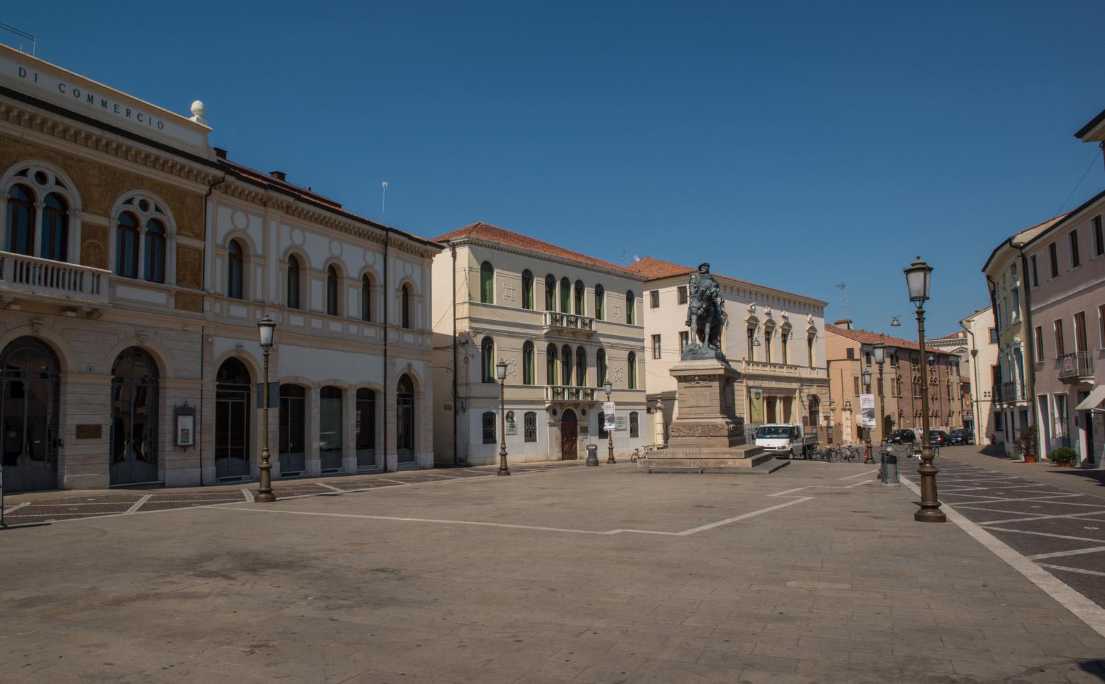 Piazza Garibaldi a Rovigo con la vista verso il Teatro Sociale