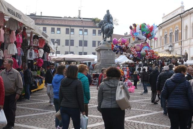 La fiera di ottobre nella parte di piazza Vittorio Emanuele a Rovigo