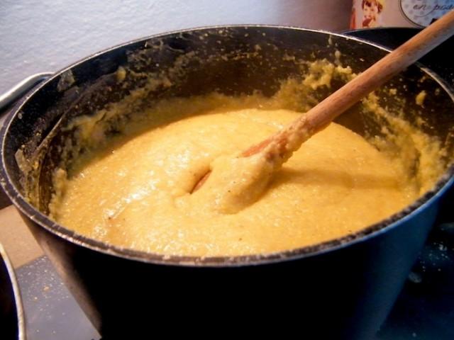La polenta nel tipico paiolo, con la tecnica del riuso si prepara la pinza di polenta