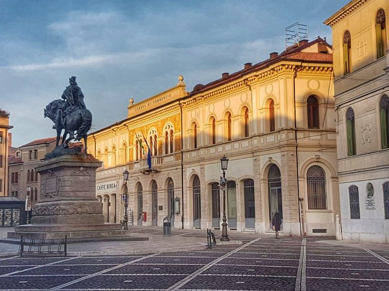 Piazza Garibaldi vista da via Silvestri con, accanto, la Camera di Commercio