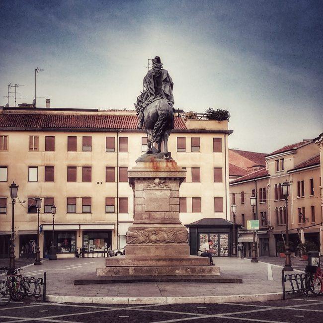 Piazza Garibaldi vista da Via Silvestri con la storia statua