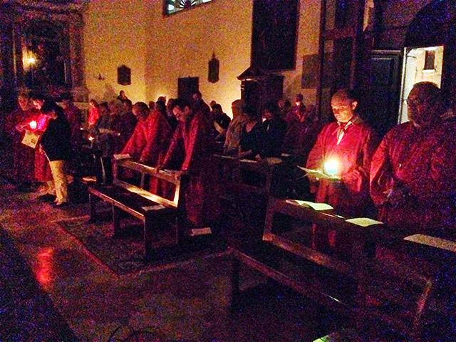 Confraternite in preghiera in una chiesa