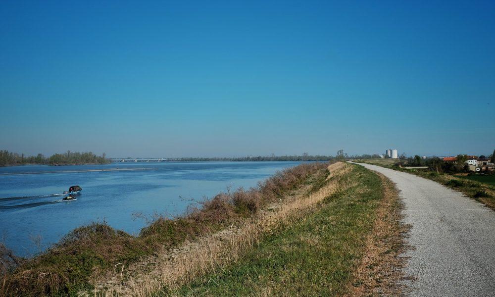 Un'immagine dell'argine del grande fiume Po