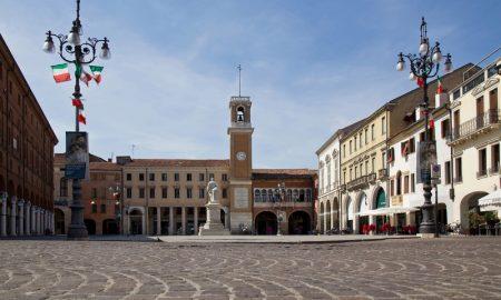Piazza Vittorio e la Loggia Notari in lontananza