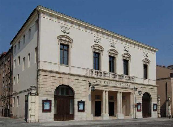 La facciata del Teatro Sociale