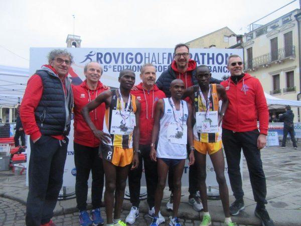 Foto di gruppo con vincitori ed organizzatori della Rovigo Half Marathon