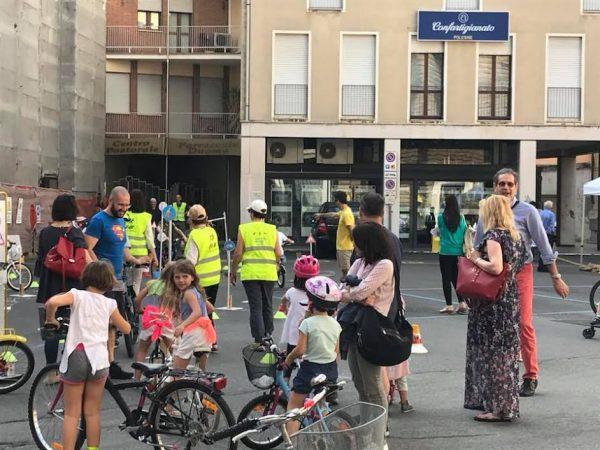Bimbi in bici in piazza Duomo a Rovigo
