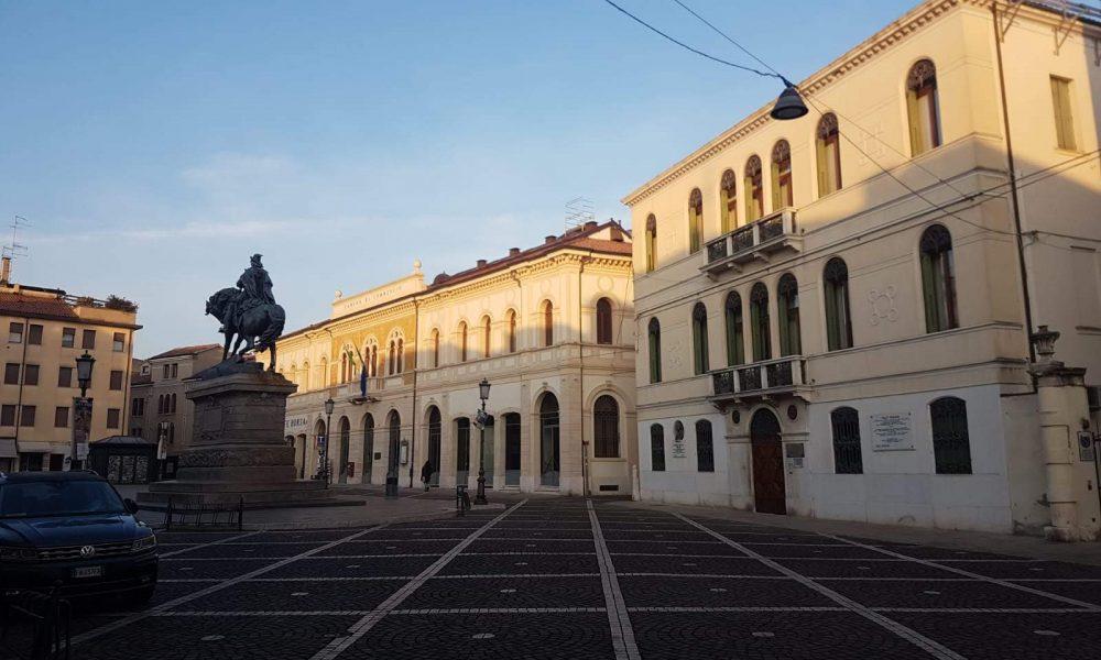 Piazza Garibaldi e sulla destra Palazzo Ravenna