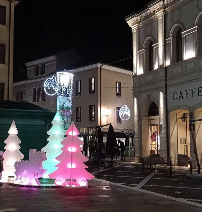 la Luci Di Natale incantano Sagome Piazza Garibaldi