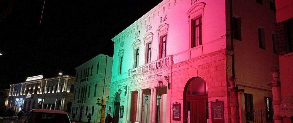 le luci di Natale incantano - Scorcio Teatro Piazza