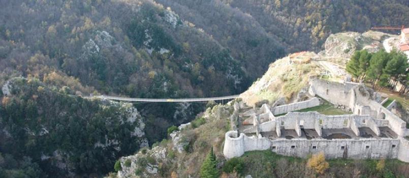 Ponte Tibetano e Castello di Laviano