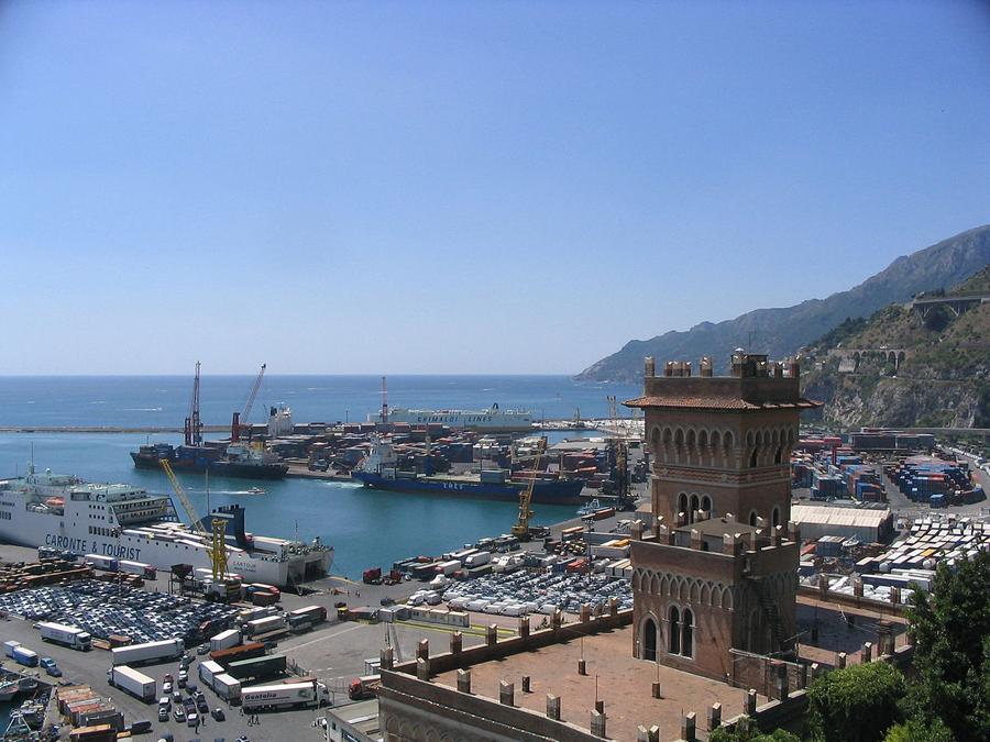 panorama di Salerno con veduta del porto