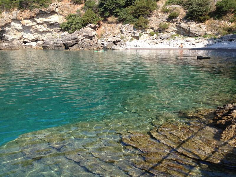 Acciaroli - Un angolo della spiaggia con il suo mare cristallino e azzurro vivido