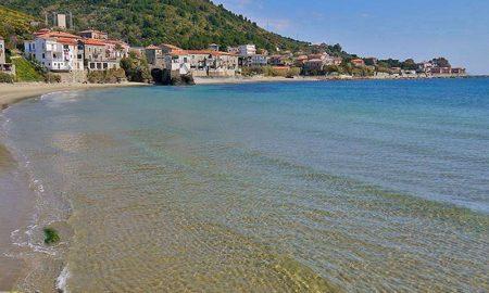 Acciaroli - La spiaggia si snoda fino al porto
