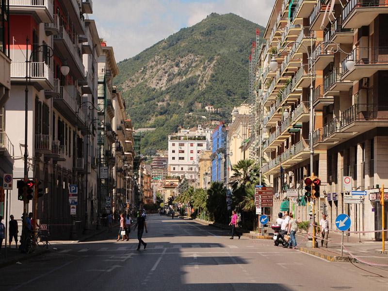 Bella - Via Roma, a Salerno, che permette di vedere la montagna