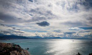 Bella - Il mare di Salerno che si congiunge con le nuvole