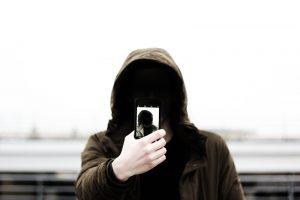 Selfie - Una inquietante foto mentre una persona si fa un selfie