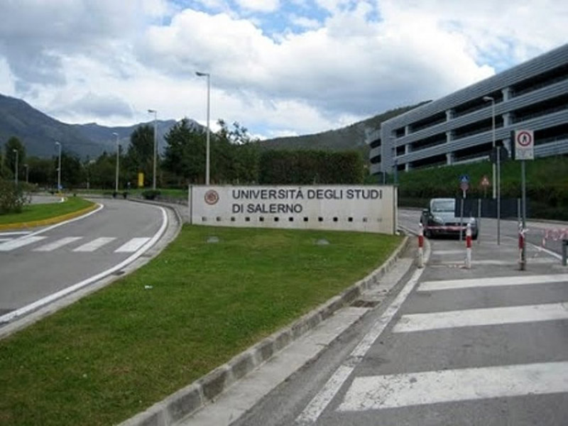 UNISAOrienta - Prima di entrare nel Campus, si intravedono le montagne dietro il paesino di Fisciano