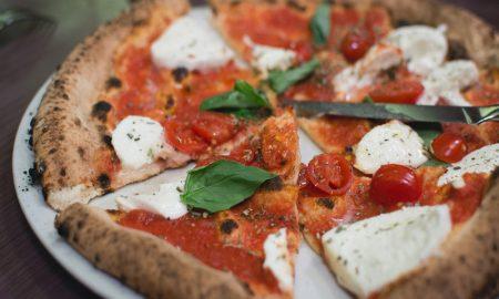 Pizza con pomodorini ben cotta