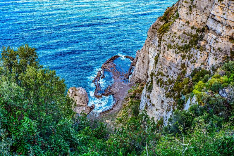 Alessandro Borghi - Uno scorcio della costiera amalfitana con le sue scogliere rocciose