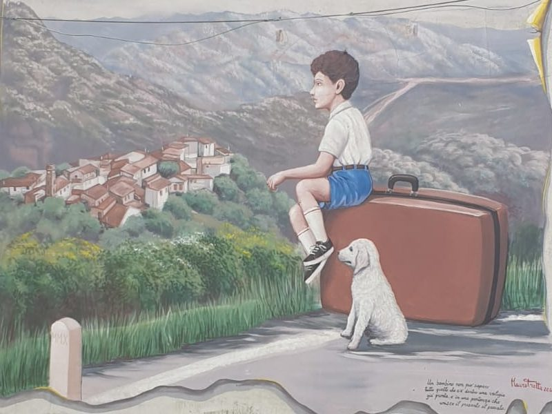 Piano Vetrale e il murales sull'emigrazione dei giovani