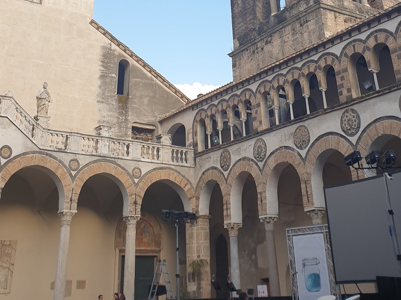 Leoni - Vista del cortile del Duomo