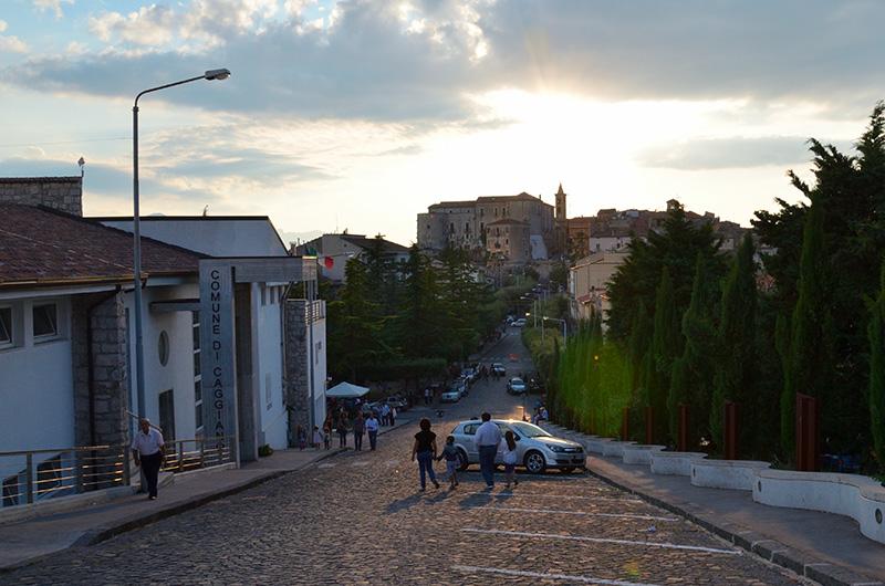 Caggiano - Via alberata che conduce alla piazza dalla Chiesa