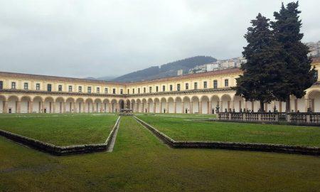 Cortile della Certosa di Padula, in un giorno nuvoloso